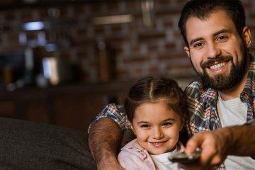 Padre e figlia guardano la TV